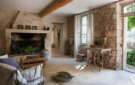 Salon d'entrée avec sa grande cheminée authentique