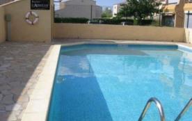 Location saisonnière : T2 cabine 4 couchages situé au premier étage, dans résidence avec piscine.