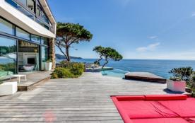 Sea-facing villa on Saint Tropez peninsula