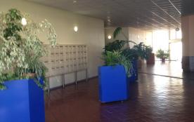 Hall d'entrée, au fond accés piscine avec code