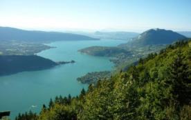 A 15 km, Annecy et son lac vus du col de la Forclaz.