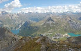 Les lacs de Tignes èt ... Val d'Isère (au loin)