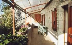 Joli appartement, récemment refait à neuf, contiguë à un bâtiment et situé dans le village de La ...