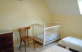 chambre n°3 de l'étage avec lit bébé