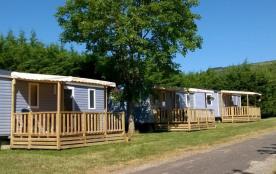 Entouré de vignes et à proximité d'une rivière, ce camping est idéal pour des vacances vertes, pr...
