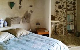 Le lit dans la chambre principale avec la douche à l'italienne