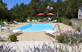 Menerbes:grand mas avec piscine dans 2 ha arbores,site tres calme,3km du village
