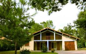 Confortable villa landaise sur terrain clos dans quartier calme et boisé située à environ 2000 m ...