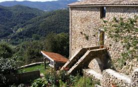 Côté jardin au cœur d'une ferme du dix-septième, à mi-chemin entre la Montagne et l'Ardèche Mérid...