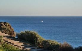 Située à 250 m de la plage, la résidence « Jardins de la Conque » est à 800 m du port central, ce...