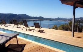 La villa se situe à 2 kms de Porto-Vecchio, en bord de mer, dans le domaine privé de Marina di Fi...