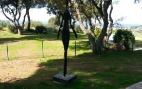 statue à la Giacometti éclairée de nuit