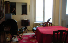 Salle de séjour, table, chaises, fauteuils, miroir