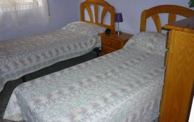 chambre à 2 lits de 80cms et chiffonier