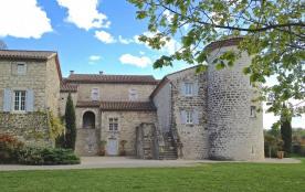 5 gîtes aménagés dans l'aile du château de la Selve, entouré d'un grand parc et de champs de vign...