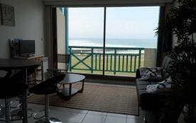 Dans résidence récente en front de mer, beau duplex spacieux et bien équipé avec vue sur l'océan.