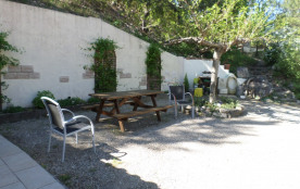 jardin , table et barbecue