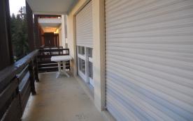 Balcon avec 1 porte fenêtre pour la cuisine et 1 autre pour la chambre