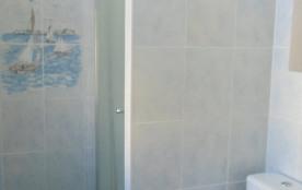SALLE DE BAIN AVEC CABINE DE DOUCHE et WC