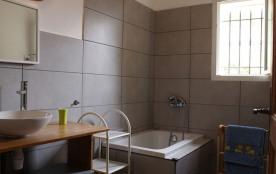 salle de bain avec Baignoire sabot.