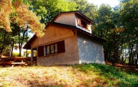 15 gîtes indépendants sur un terrain boisé à 1 km du village, sixième gîte sur 2 niveaux, huitièm...