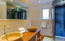 salle de bain de la chambre . douche et wc privés
