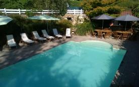 la piscine, à débordement, sécurisée