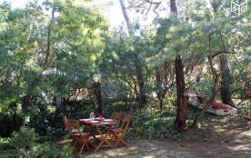 On déjeune dans le jardin boisé, à l'Est ?