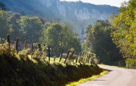 la route qui mène au village