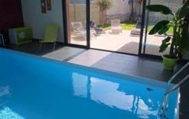 Villa de standing 4*  , 100 m mer .  Piscine privée intérieure chauffée 29° Jardin clos. Trampoline,Vélos, Kayaks.
