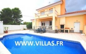 Belle villa mitoyenne avec piscine privée, située dans l'urbanisation tranquille de Las Tres Cala...