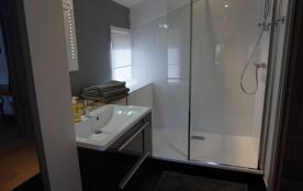 Salle de bains 1 : grande douche à l'italienne 90 x 150 cm, WC, radiateur sèc...