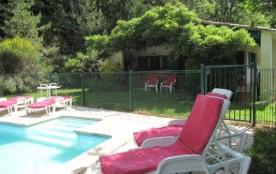 Chalet avec piscine sur terrain arboré dans Parc Régional du Haut Languedoc.