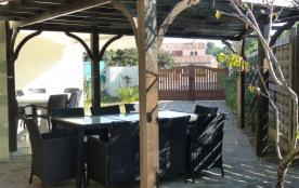 La pergola, la terrasse sud et le portail d'entrée