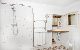 Le cellier, grand dégagement autour de la douche italienne