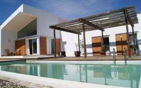 Villa moderne, très bien équipée et meublée d'une capacité pour 8/10 personnes, située dans un quartier calme entre L...