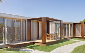 Dans ce bungalow Garbi nous offrons confort et design en bois, situé dans une zone paysagère comp...