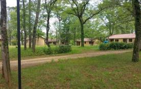 Village de gîtes avec piscine extérieure et snack bar sur un terrain d'1 hectare arborés de chêne...