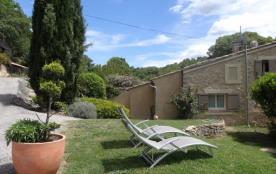 Gîte mitoyen au mas des propriétaires en campagne, situé dans un vallon boisé, proche du Luberon.