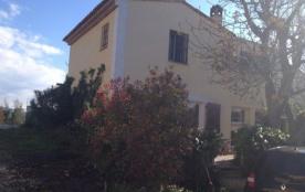 Lou Casteu est une maison de vacances typiquement provençale avec un grand jardin et une piscine ...
