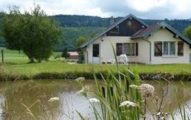 Petite maison individuelle en partie mansardée, sur vaste terrain non clos à côté d'un étang.