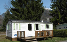 Le mobil home 4 personnes, situé à l'entrée du camping comprend 1 séjour avec un coin cuisine équipé, deux chambres d...