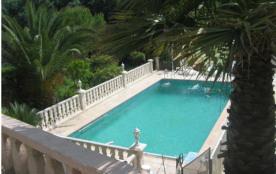 Gîtes de France Grande Villa avec Piscine. Au calme à 500 m du village grande villa adossée sur u...