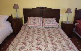 Grand lit dans grande chambre. espacieux