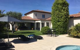 Terrasse avec 6 transats et table + tabourets