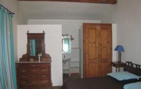 Chambre avec grand lit et armoir