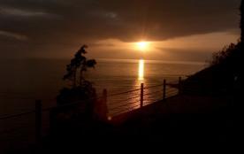 un coucher de soleil prit de la maison