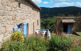 Maison indépendante en bordure de forêt, accès au gîte par un chemin de terre carrossé sur 300 m.