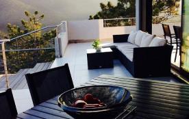 Terrasse avec charmante loggia avec l'horizon devant la piscine