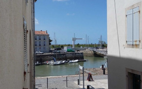 Quais animés du port de St Martin de Ré, à l'intérieur de la résidence, appartement duplex de 50 ...